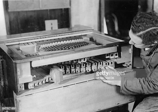 Drehorgel Herstellung Richard Gattorna in seiner Werkstatt in Berlin veröff Sieben Tage 42/1937Foto Curt Ullmann