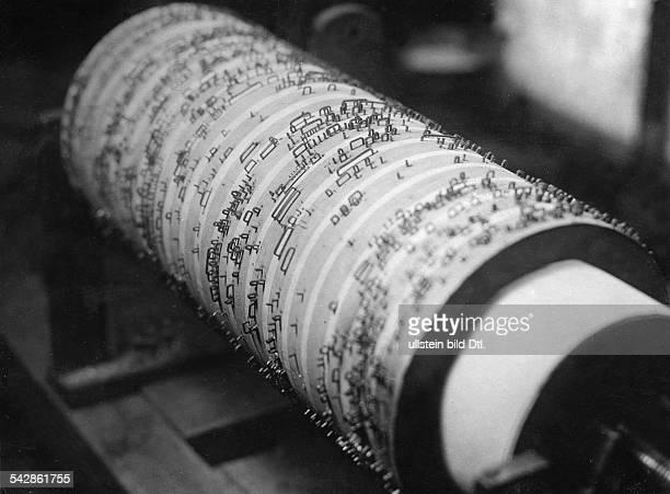 Drehorgel Herstellung Walze Originaltext Mit Walzen wie dieser hier baute man früher die Drehorgel vermutl in Berlin veröff Sieben Tage 42/1937Foto...