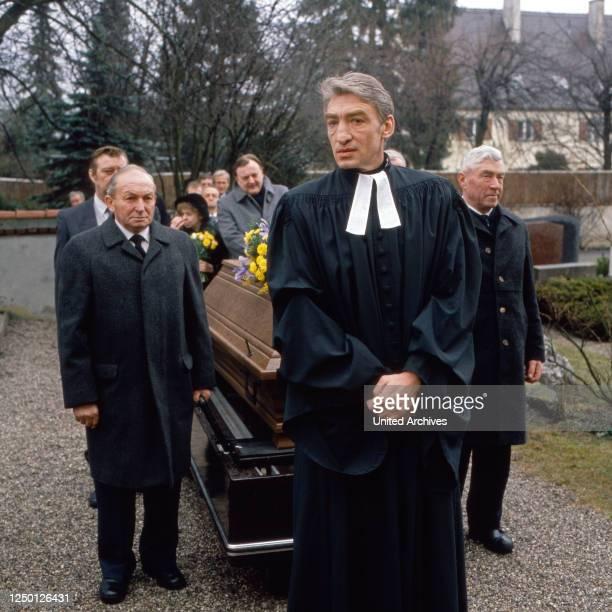 Drehort Pfarrhaus, Fernsehserie, Deutschland 1990, Regie: Jörg Grünler, Darsteller: Gottfried John , Dieter Pfaff .
