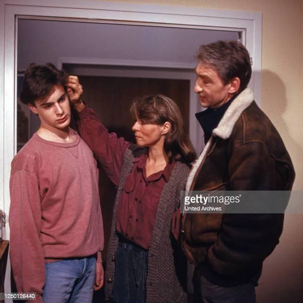 Drehort Pfarrhaus, Fernsehserie, Deutschland 1990, Regie: Jörg Grünler, Darsteller: Gedeon Burkhard, Cornelia Froboess, Gottfried John.