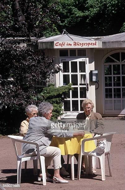 "Drei alte Damen im Garten des ""Cafe imBürgerpark""- 1999"