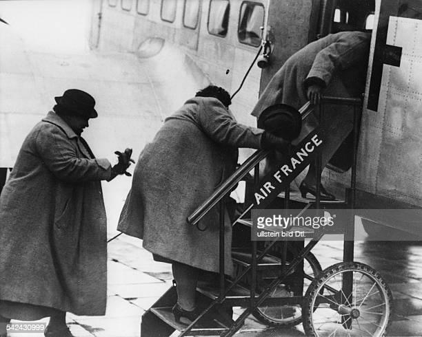 Drei Frauen beinm Einstieg in eine Verkehrsmaschine der Air Francenach Paris 1939