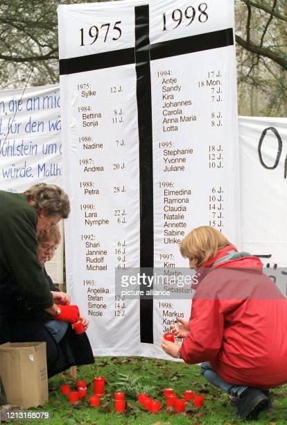 Drei Frauen zünden am vor dem Landgericht in Oldenburg ein paar Kerzen zum Gedenken an die durch Sexualstraftäter ermordeten Kinder zwischen den...