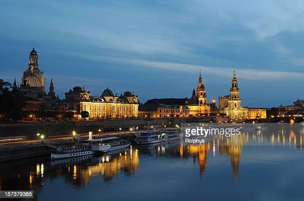Dresden berühmten Brühlsche Terrasse mit Brücke bei Nacht