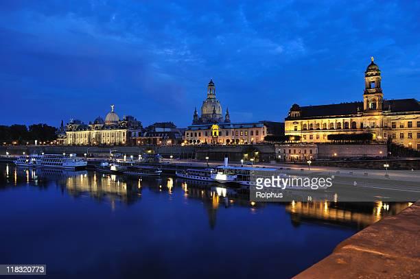 Dresden beleuchtet Brühl Terrasse und Blick auf die Brücke der Dämmerung