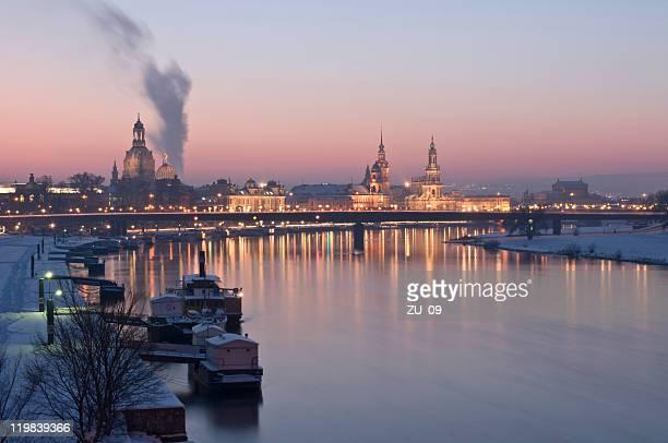 Dresden im winter elbe river und die skyline der Stadt