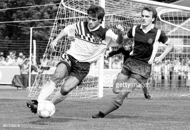 Dresdens ballführender Stürmer Ulf Kirsten wird von einem Bischofswerdaer Gegenspieler angegriffen Titelverteidiger Dynamo Dresden gewinnt am im...
