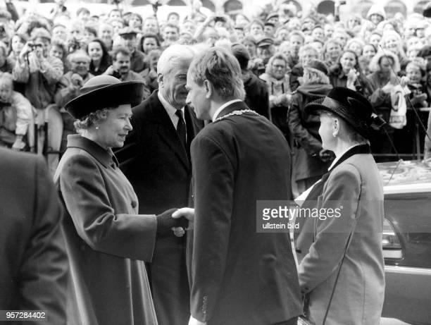Dresdens Oberbürgermeister Dr Herbert Wagner begrüßt am die britische Königin Elizabeth II am Altmarkt in Dresden Auch Bundespräsident Richard von...