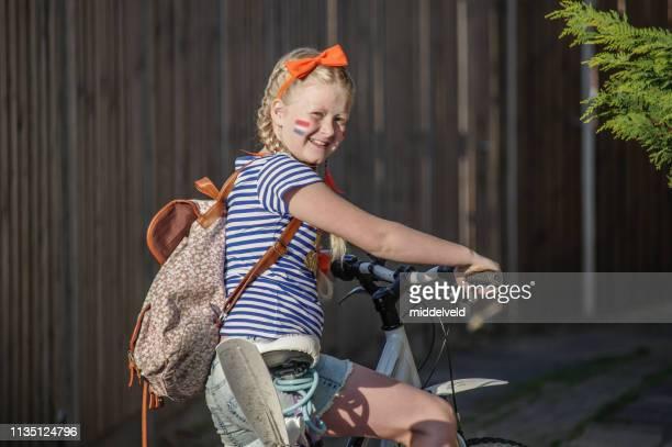 geklede meisje - nederlandse vlag stockfoto's en -beelden