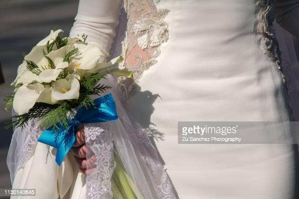dressed in white towards her wedding - mujeres fotos stockfoto's en -beelden