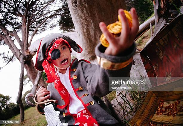 Habiller Pirate enfant trouver des pièces d'or dans le coffre au trésor