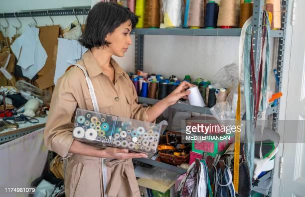 couturière couturière travaillant avec des fils de couture - haute couture photos et images de collection