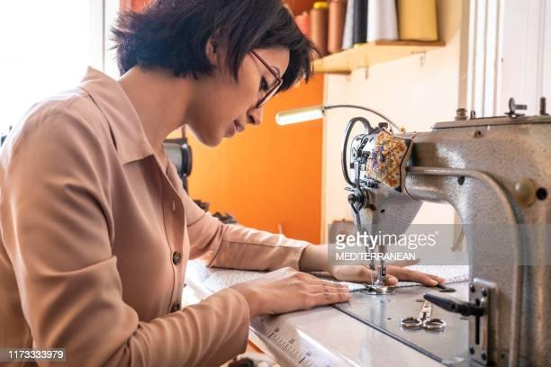 ミシンで働くドレスメーカー - ミシン ストックフォトと画像