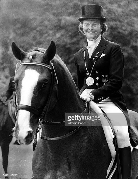 Olympiasiegerin Liselott Linsenhoff auf 'Piaff' mit der Goldmedaille nach der Siegerehrung 1972