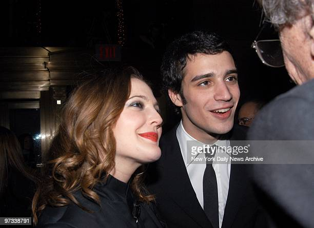 Drew Barrymore and boyfriend Fabrizio Moretti a drummer with the band The Strokes chat with author Kurt Vonnegut during a preGrammy party in the...