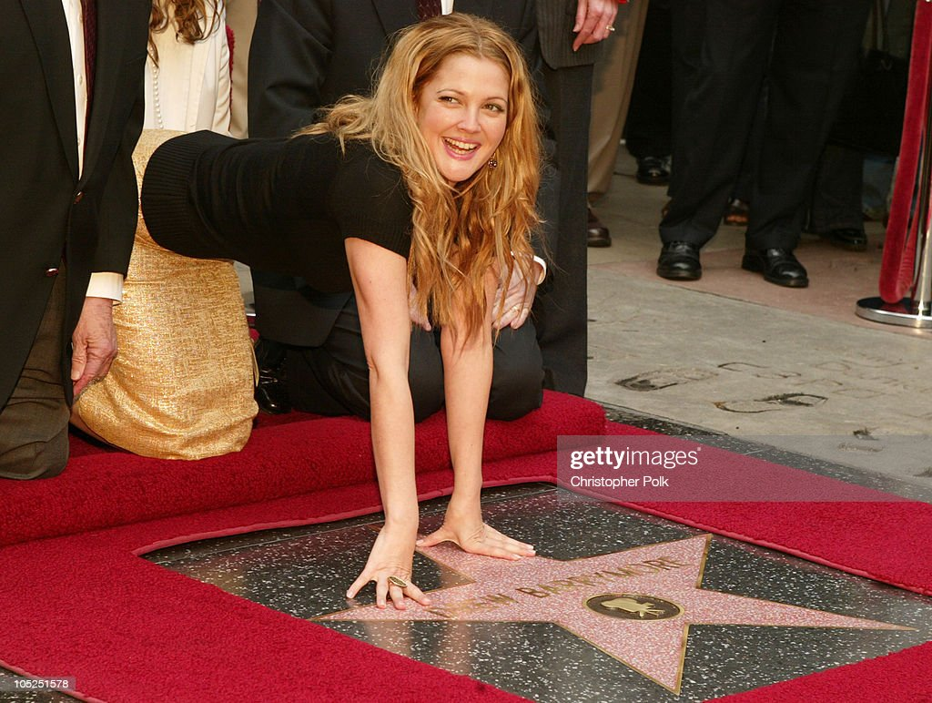 Drew Barrymore honored with Hollywood Walk of Fame Star : Foto jornalística