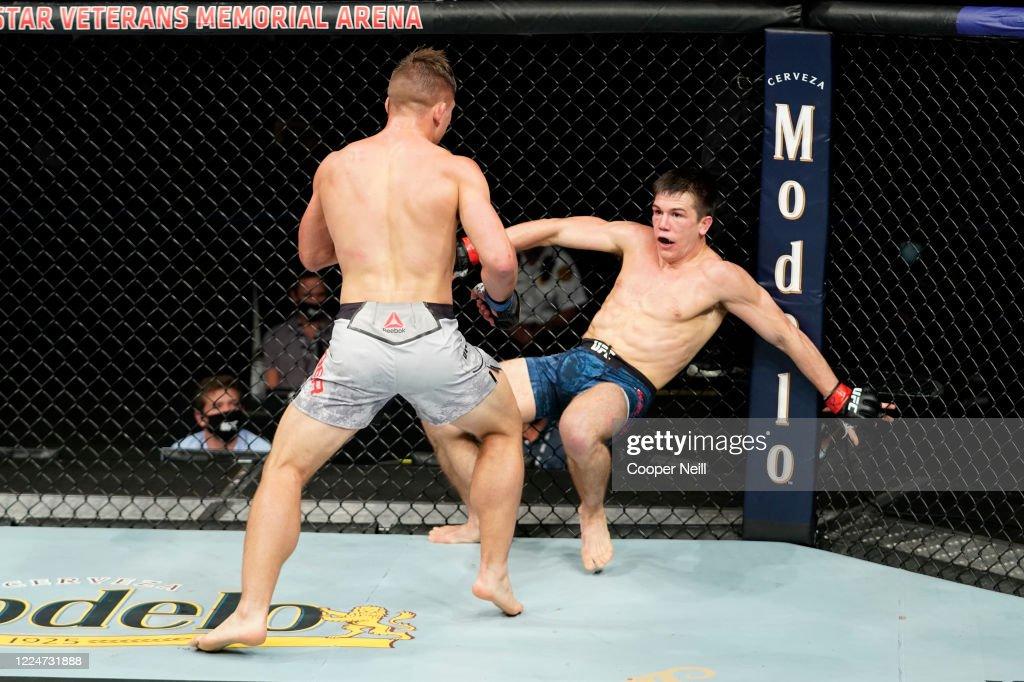 Drew Dober knocks down Alexander Hernandez in their bantamweight ...