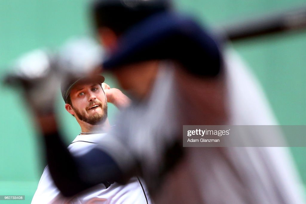 Drew Pomeranz #31 of the Boston Red Sox pitches in the first inning of a game against the Atlanta Braves at Fenway Park on May 26, 2018 in Boston, Massachusetts.