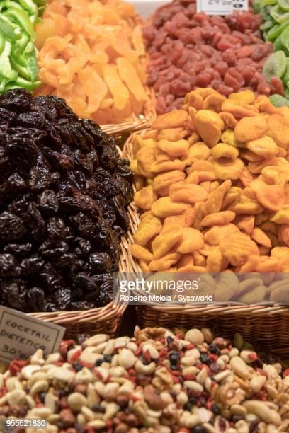 dried fruit, la boqueria market, barcelona - dörrpflaume stock-fotos und bilder