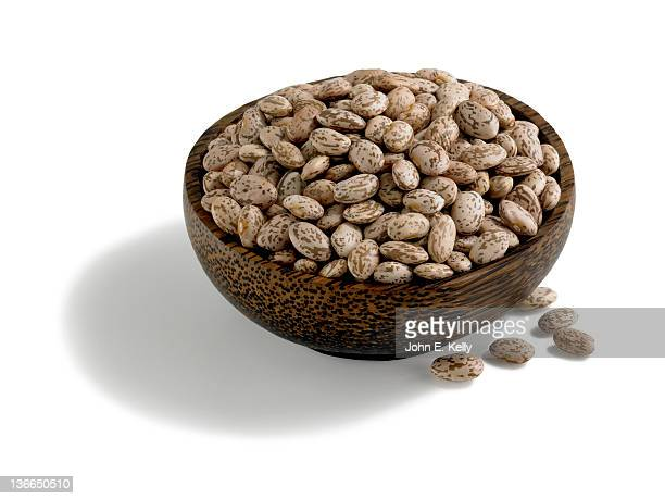 dried pinto beans in wood bowl on white - pinto bean - fotografias e filmes do acervo