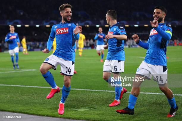 Dries Mertens of Napoli celebrates scoring the opening goal alongside Lorenzo Insigne during the UEFA Champions League round of 16 first leg match...