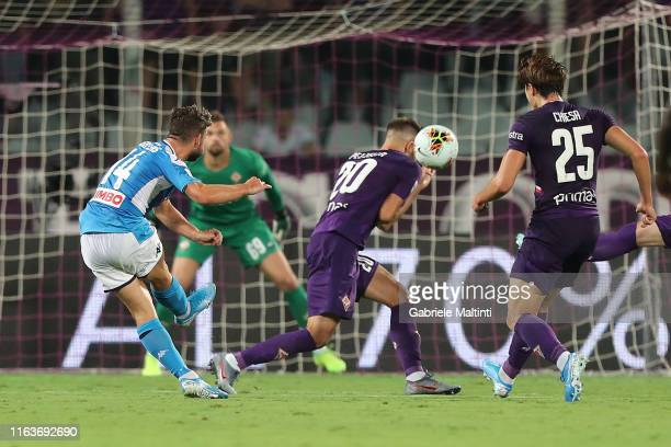 Dries Mertens of SSC Napoli scores the equalizing goal during the Serie A match between ACF Fiorentina and SSC Napoli at Stadio Artemio Franchi on...