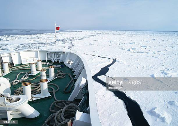 Drift ice and ice breaking ship