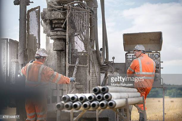drilling rig workers operating machinery - モーペス ストックフォトと画像