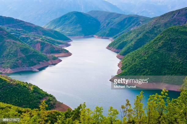 drin river, dammed by the fierza reservoir, albania - stausee stock-fotos und bilder