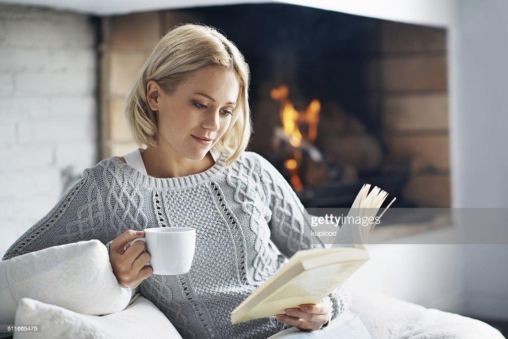Genießen Sie eine gute Tasse Kaffee und lesen Sie die faszinierende Bücher : Stock-Foto