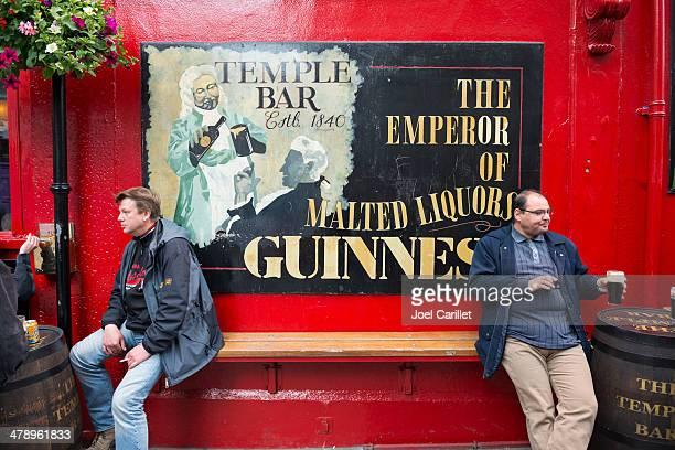 beber cerveja no temple bar, em dublin, irlanda - dublin república da irlanda - fotografias e filmes do acervo