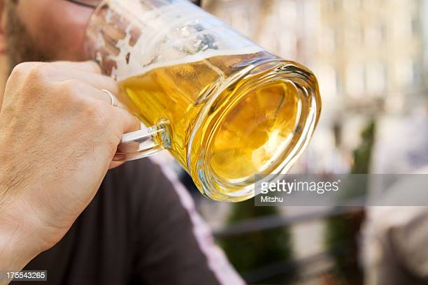 ビールを - ラガービール ストックフォトと画像