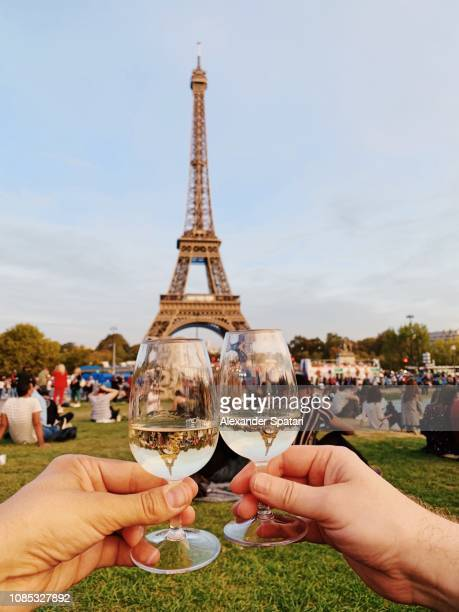 drinking champagne in-front of the eiffel tower in paris, france - cultura francesa fotografías e imágenes de stock