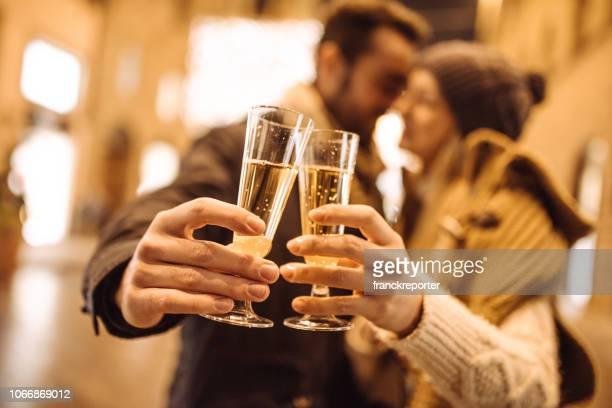 drinking champagne on the streets - brindisi capodanno foto e immagini stock