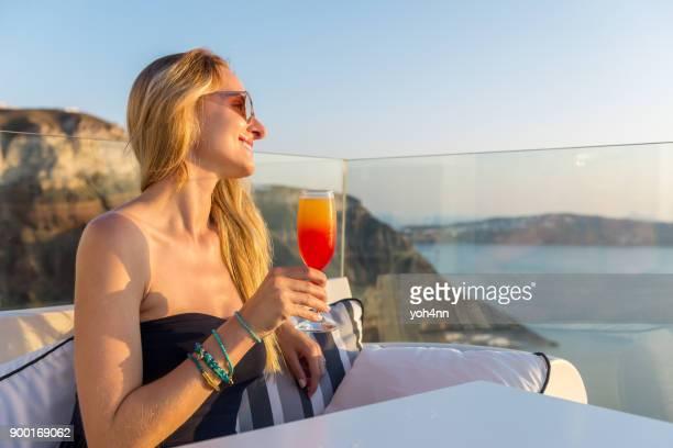 cocktail trinken & genießen den sonnenuntergang meerblick - terrassenfeld stock-fotos und bilder