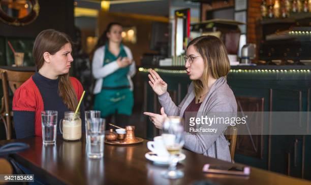drinken van koffie en een gesprek - gebaren stockfoto's en -beelden