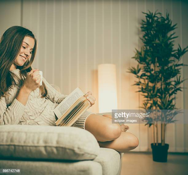 Trinken Kaffee und lesen Buch