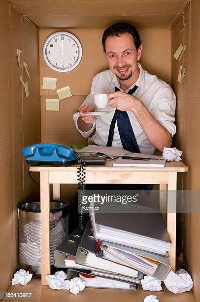 Boire du café au bureau dans une boîte