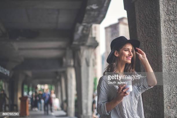 boire du café dans la rue - femme au chapeau photos et images de collection