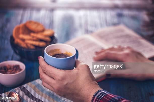 Kopje koffie drinken