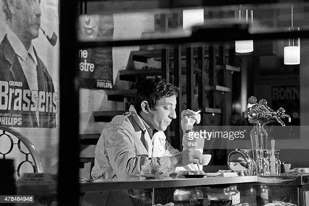 Drinking Serge Gainsbourg a coffee at the counter of a bar for the program ''Exchange variety shows''
