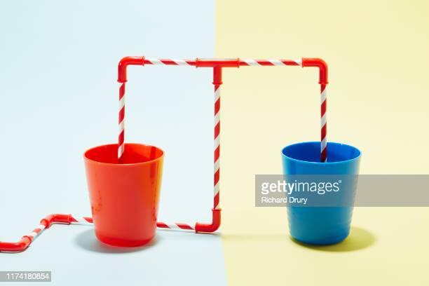 drinking straws in a cup - geval stockfoto's en -beelden