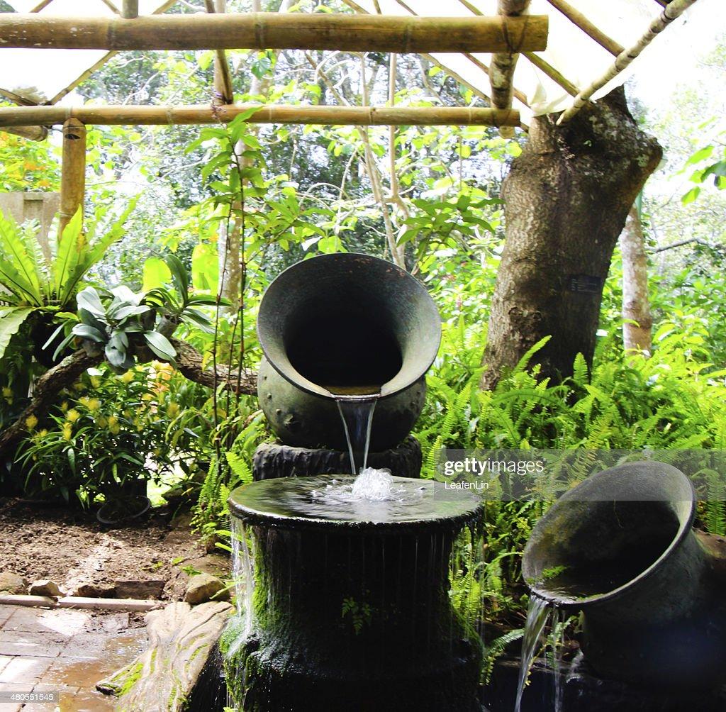 Gotejamento de água no jardim : Foto de stock