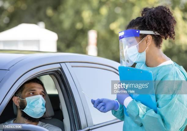 covid-19患者の検査場を通してドライブ - 医療検査 ストックフォトと画像