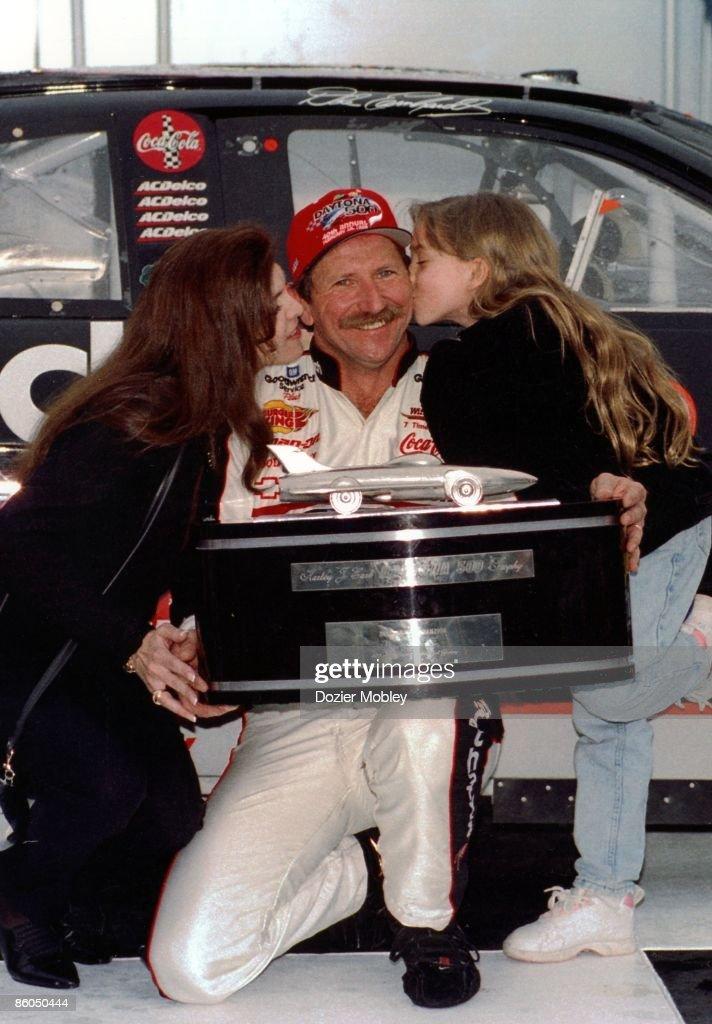 Dale Earnhardt wins Daytona 500 1998 : News Photo