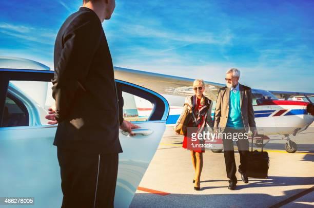 Fahrer damit Alter Erwachsener Paar in einer limousine am Flughafen