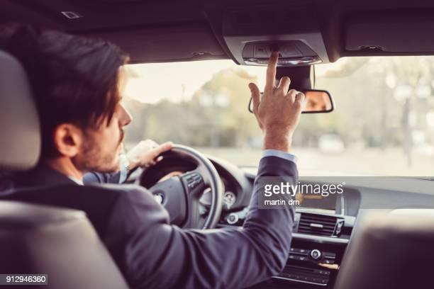motorista, pressionando o botão de sos - motorista ocupação - fotografias e filmes do acervo