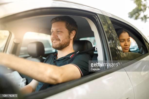 conductor con el pasajero - conductor oficio fotografías e imágenes de stock