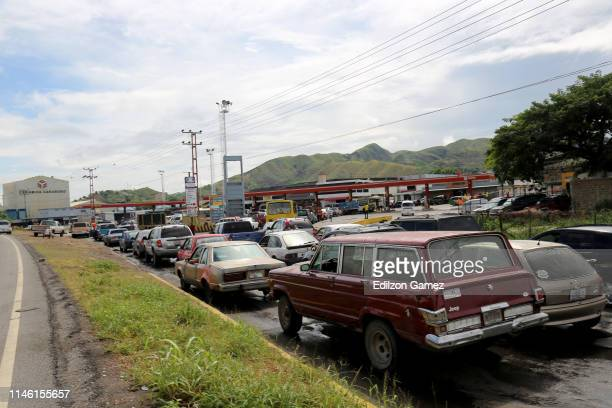 Drives wait in their carss outside a gas station to fill their tanks during a fuel shortage on May 24 2019 in Valencia Venezuela Main reasons of the...