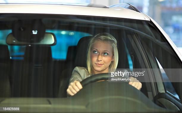 Conduire une voiture (regardant dans le miroir